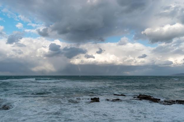 嵐の前に波と雲と空と青い海。
