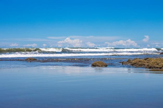 맑고 푸른 하늘 아래 푸른 해변 풍경 보기