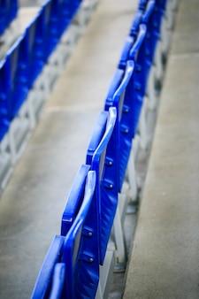 축구 경기장에서 파란색 좌석