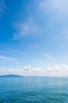 背景として海の泡と青い海水