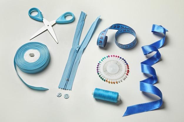Синие швейные принадлежности на белом фоне, крупным планом