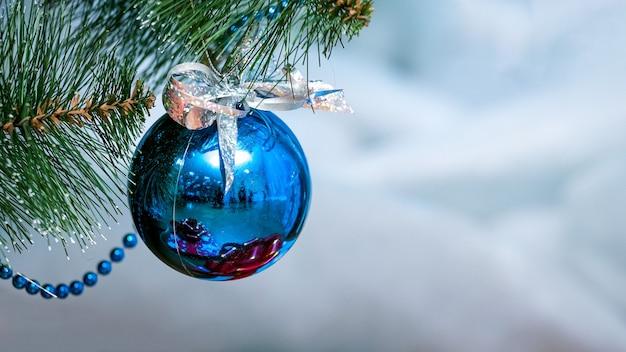 クリスマス ツリーの青い光沢のあるクリスマス ボール、コピー スペース