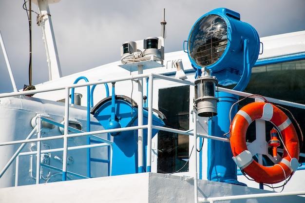 Синий корабль и спасательный круг