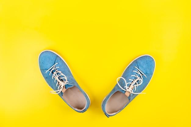 파란색 신발 격리 된 노란색 배경에 서.
