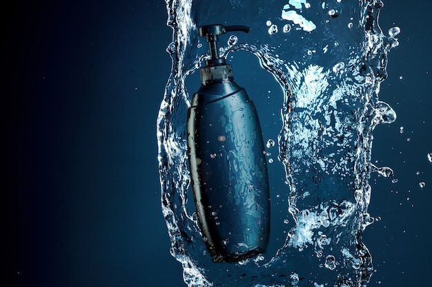 水の流れの青いシャワージェル