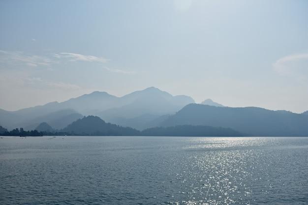 Синие силуэты гор на побережье эгейского моря. турция