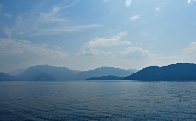 エーゲ海沿岸の山々の青いシルエット。七面鳥