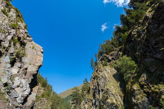 トゥシェティへの道の岩の間の青い空。ジョージア