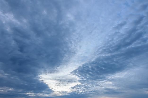 夕焼けの青い空と雲の翼の形