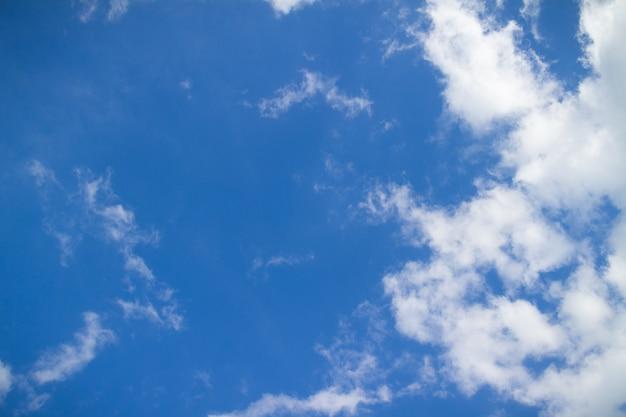 좋은 날씨 일에 푸른 하늘과 구름