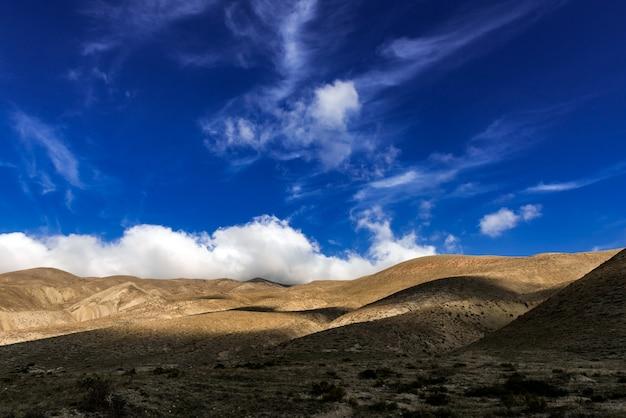 青い空と山の上の雲