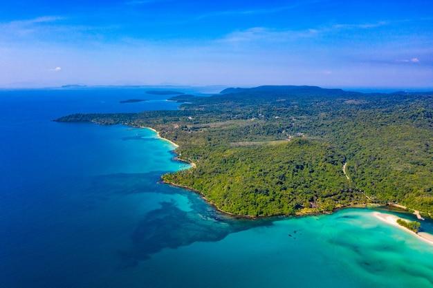 Голубое небо и бирюзовый морской океан на острове ко куд на востоке таиланда.