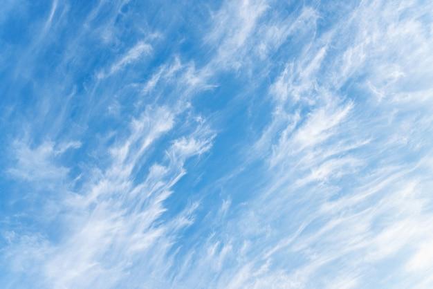 Голубое небо и белые перистые облака.