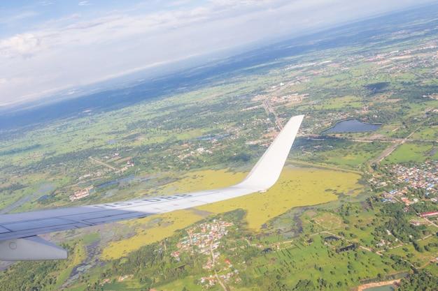 푸른 하늘과 흰 구름과 비행기 날개, 자연