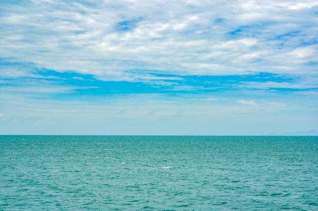 青い空と緑の海、美しい風景に白い雲