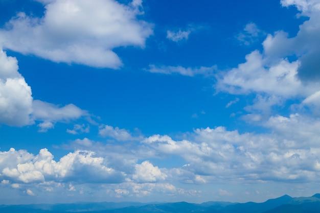 青い空と白い雲の抽象的な背景