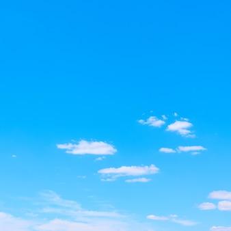青い空と白い雲-コピースペースのある背景