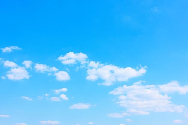 青い空と白い雲、背景として使用できます