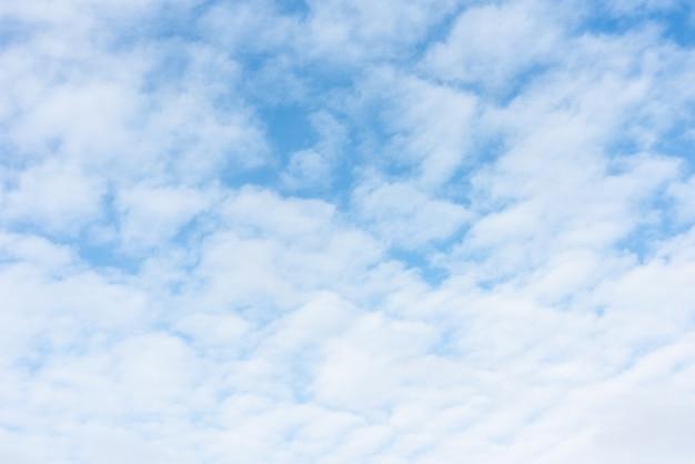 Голубое небо и белые облака естественный фон. яркие голубые облака в природе. открытый горизонт горизонта.