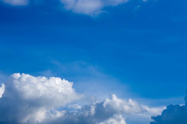 일광 배경으로 푸른 하늘과 흰 구름