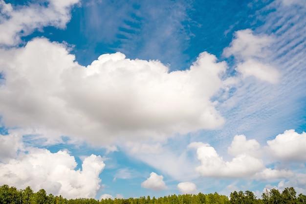 Голубое небо и белые облака