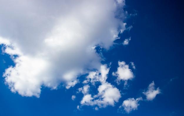 푸른 하늘과 하얀 솜털 구름. 아름다운 배경