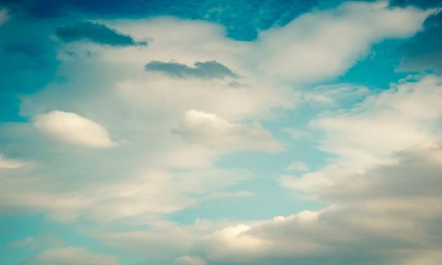 青い空と白いボリュームの雲の自然