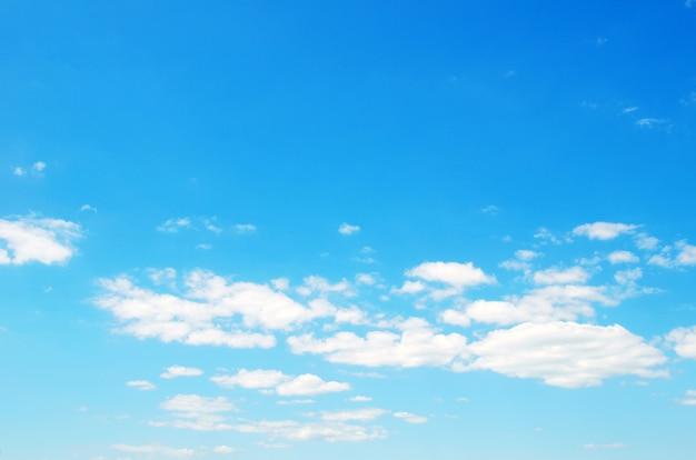 小さな雲と青い空の背景 Premium写真