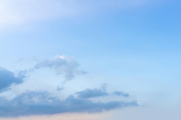 コピースペースの領域と青空の背景。