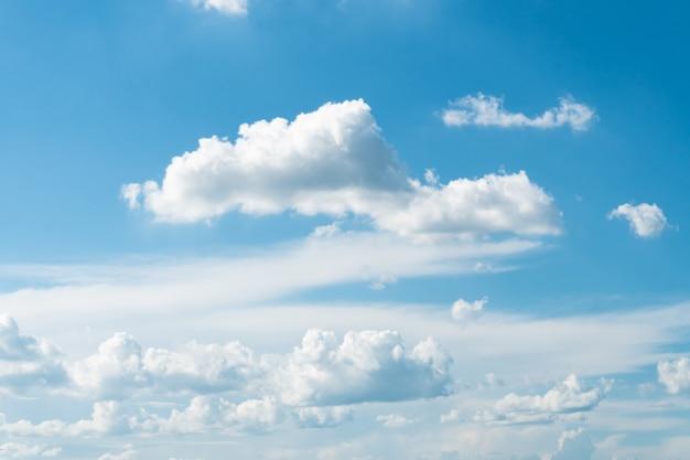 Фон голубого неба с красивыми облаками