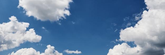 夏の日の雲と青空の背景。パノラマビュー