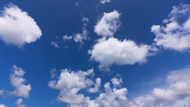 구름과 푸른 하늘 배경 자연 일광과 푸른 하늘에 떠 있는 흰 구름 맑은 하늘 자연 환경입니다.