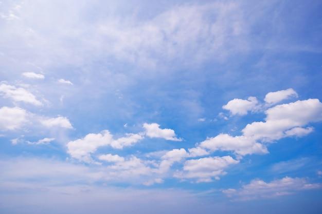 Фон голубого неба с облаками. естественный дневной свет и белые облака, плавающие на голубом небе. ясное небо. природа окружающей среды.