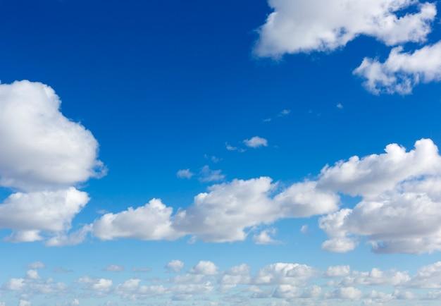 雲と青空の背景。晴れた日の雲と空。