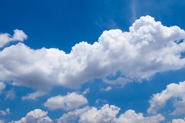 흐린 푸른 하늘 배경입니다. 태국의 아름다운 자연.