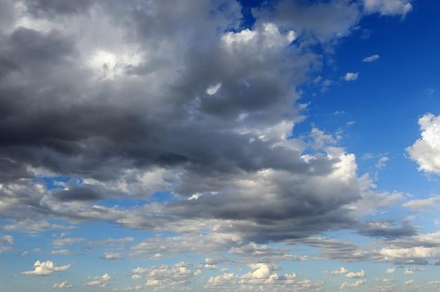 暗い雲と青い空を背景