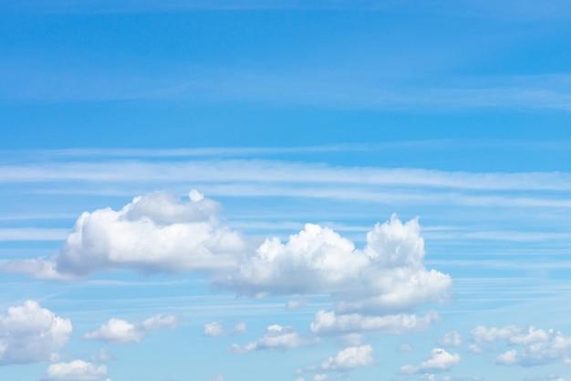 Фон голубого неба с крошечными облаками, облако на голубом небе