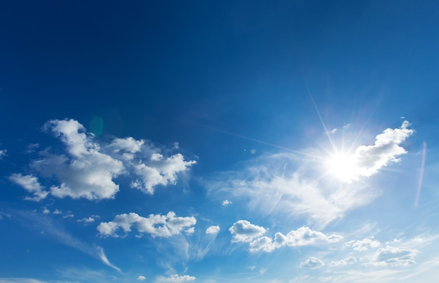 Предпосылка голубого неба с крошечными облаками. пушистые облака в небе. фон летнее небо