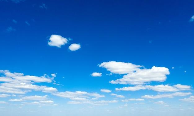 小さな雲と青い空の背景。空にふわふわの雲。背景夏の空