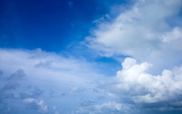 小さな雲と青い空の背景。空にふわふわの雲。