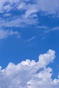 デザインのための小さな雲と青い空の背景