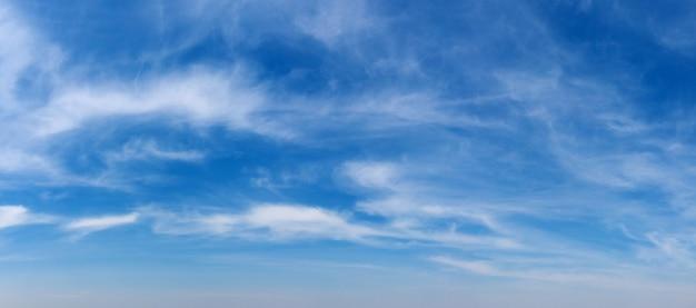 Фон голубого неба с крошечными облаками. панорама фон