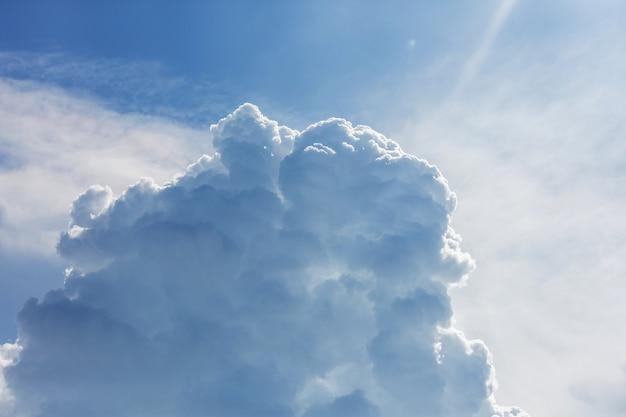 小さな雲と青い空の背景。