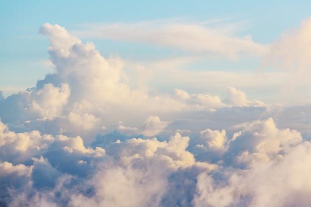 Фон голубого неба с крошечными облаками.