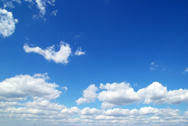 작은 구름과 푸른 하늘 배경