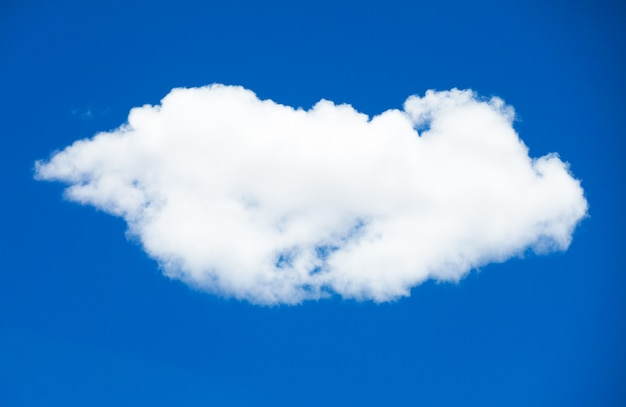 Фон голубого неба с крошечными облаками