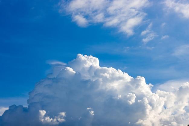 흰 구름과 태양 반사와 푸른 하늘 배경