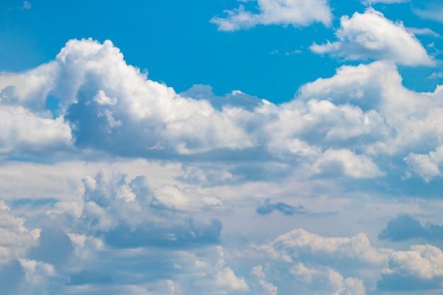 白い雲と青い空の背景。閉じる。