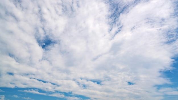 흰 구름과 푸른 하늘 배경 자연 환경과 자연 배경입니다.
