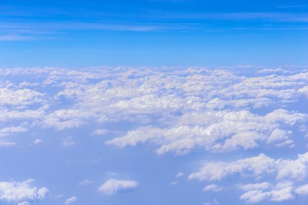 화창한 날에 흰 구름과 푸른 하늘 배경.
